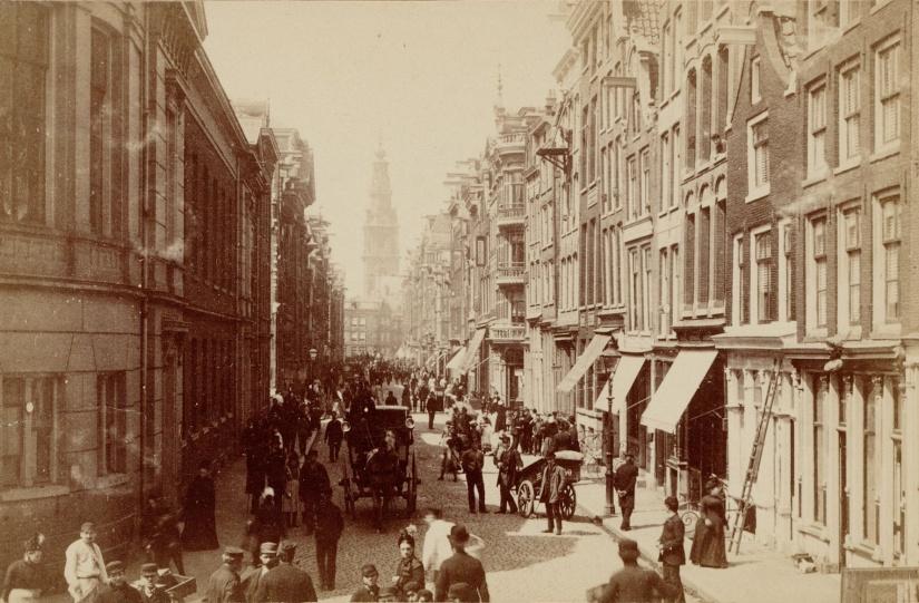 """Jodenbreestraat (""""calle de los judíos"""") en 1884."""